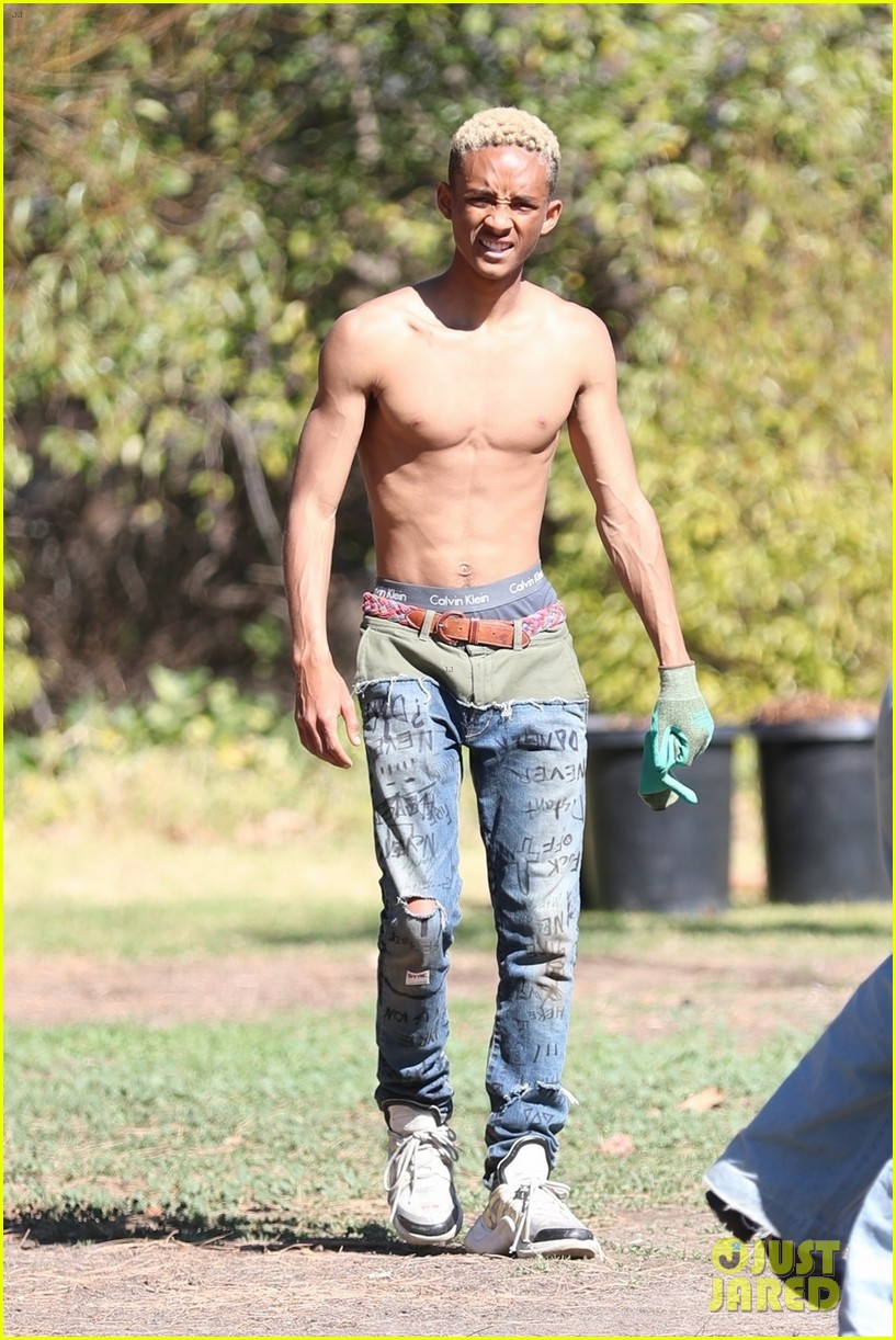 shirtless jaden smith shows off his abs while planting trees with sister willow 064034478