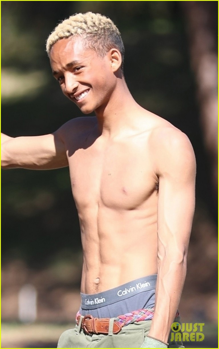 shirtless jaden smith shows off his abs while planting trees with sister willow 094034481