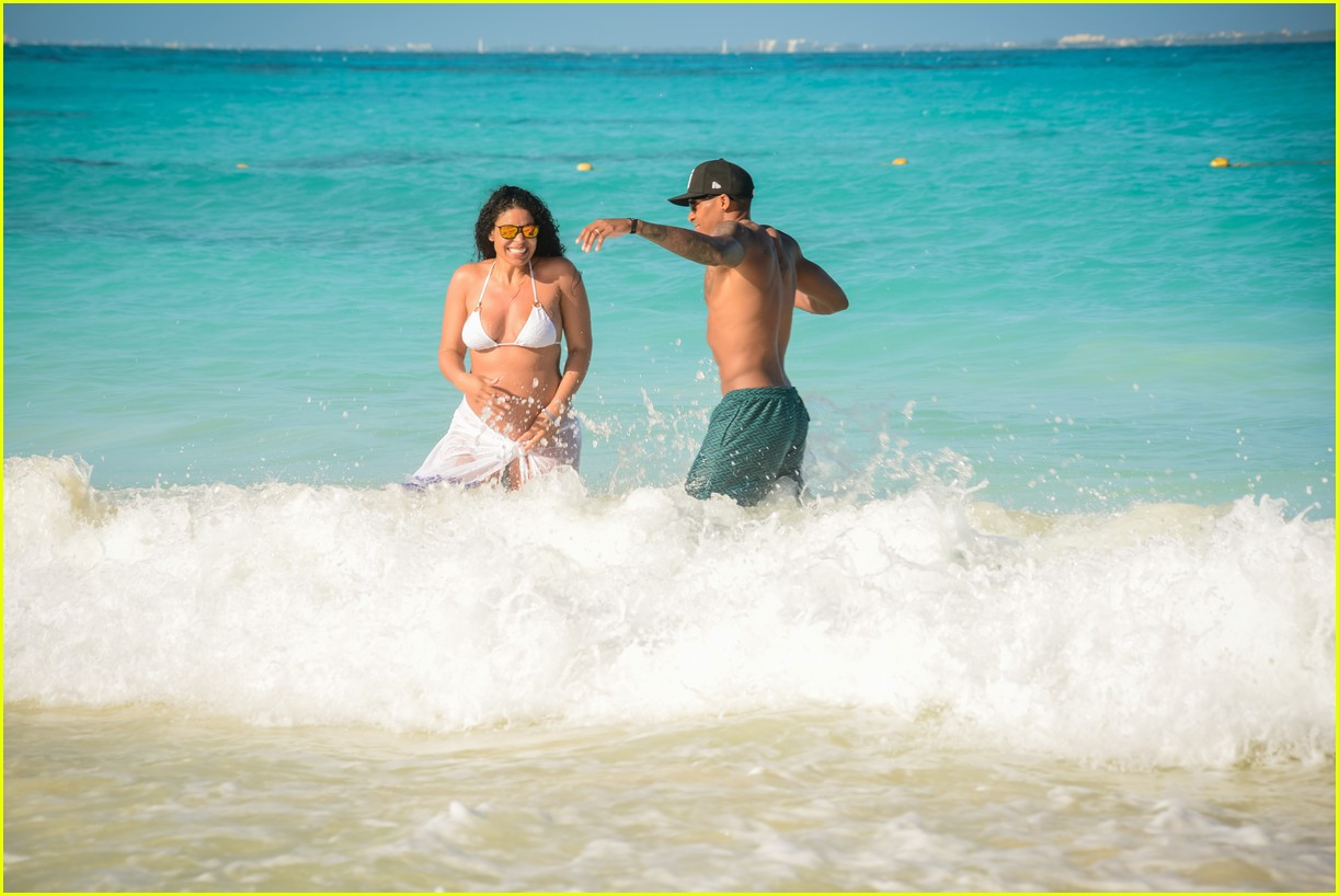 pregnant jordin sparks flaunts baby bump at the beach 054034464