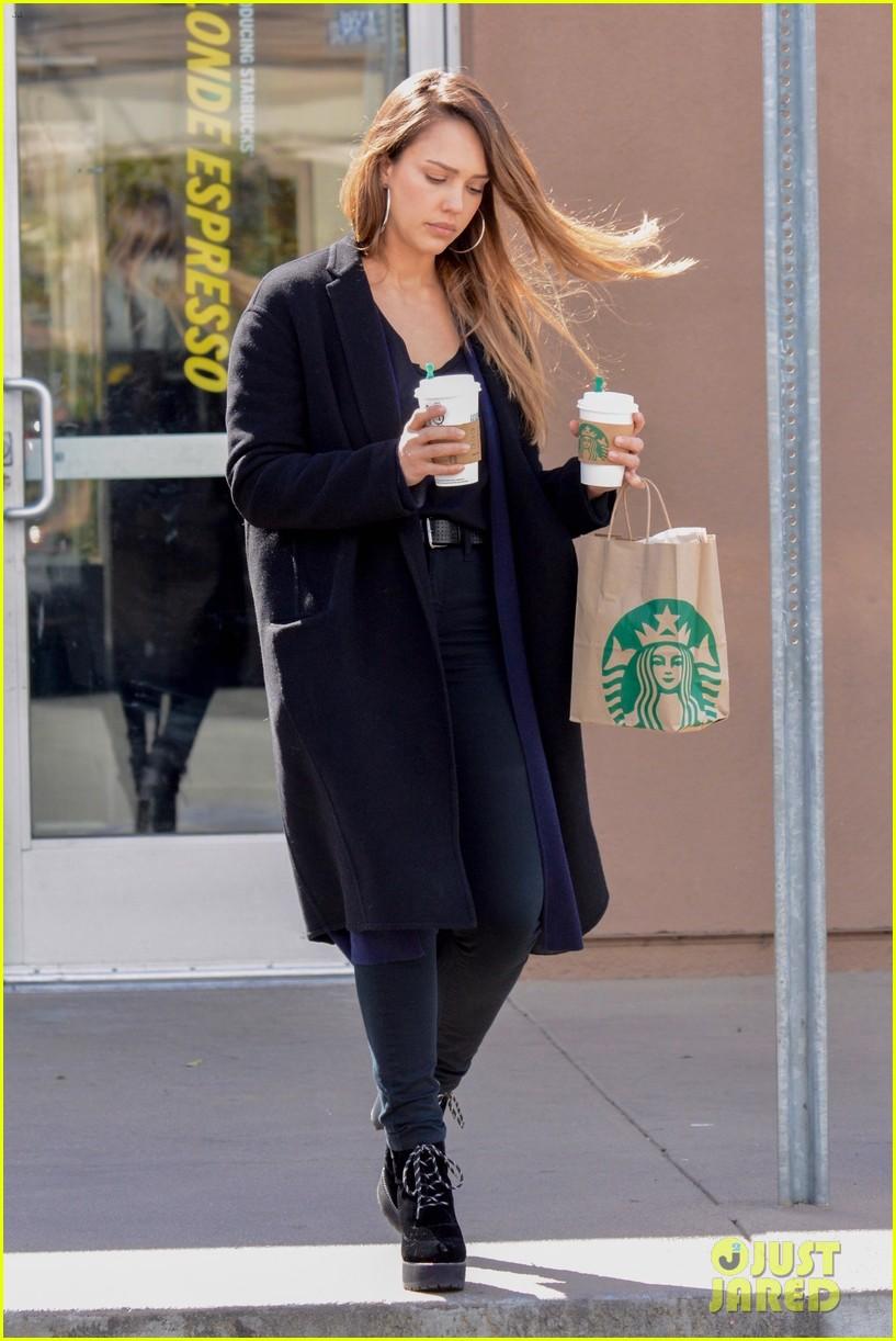 jessica alba picks up her morning coffee in la 064041079