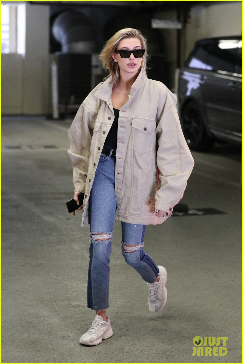 hailey baldwin shows off her casual street style in oversized jacket 014046362