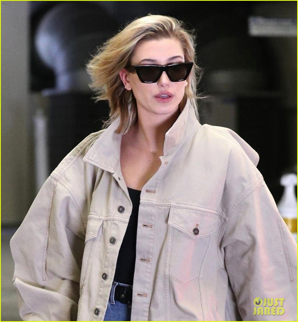hailey baldwin shows off her casual street style in oversized jacket 024046363