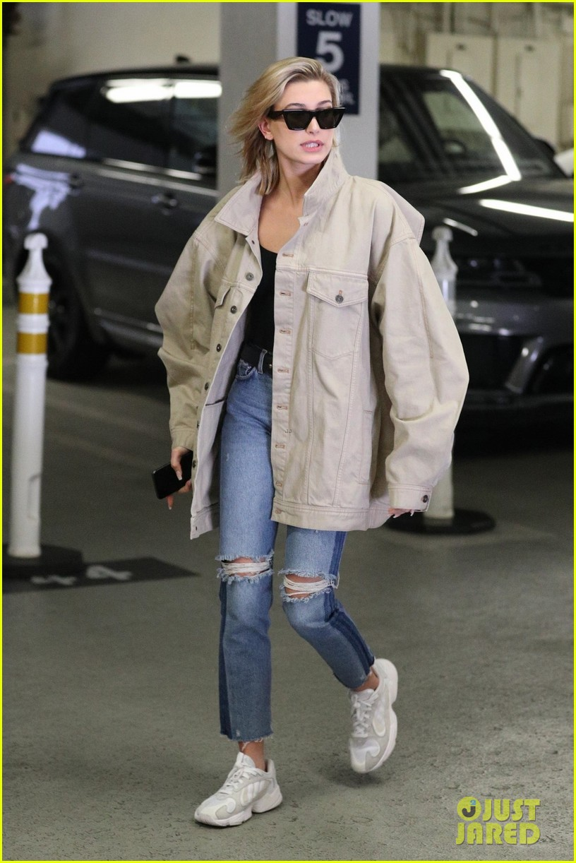 hailey baldwin shows off her casual street style in oversized jacket 034046364