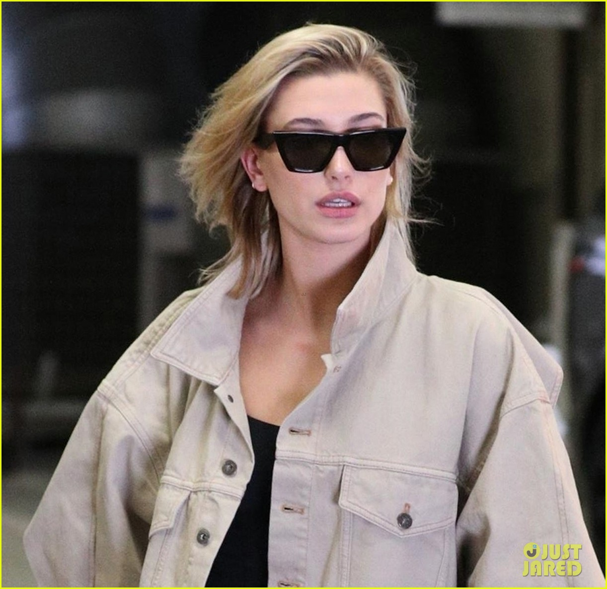 hailey baldwin shows off her casual street style in oversized jacket 044046365