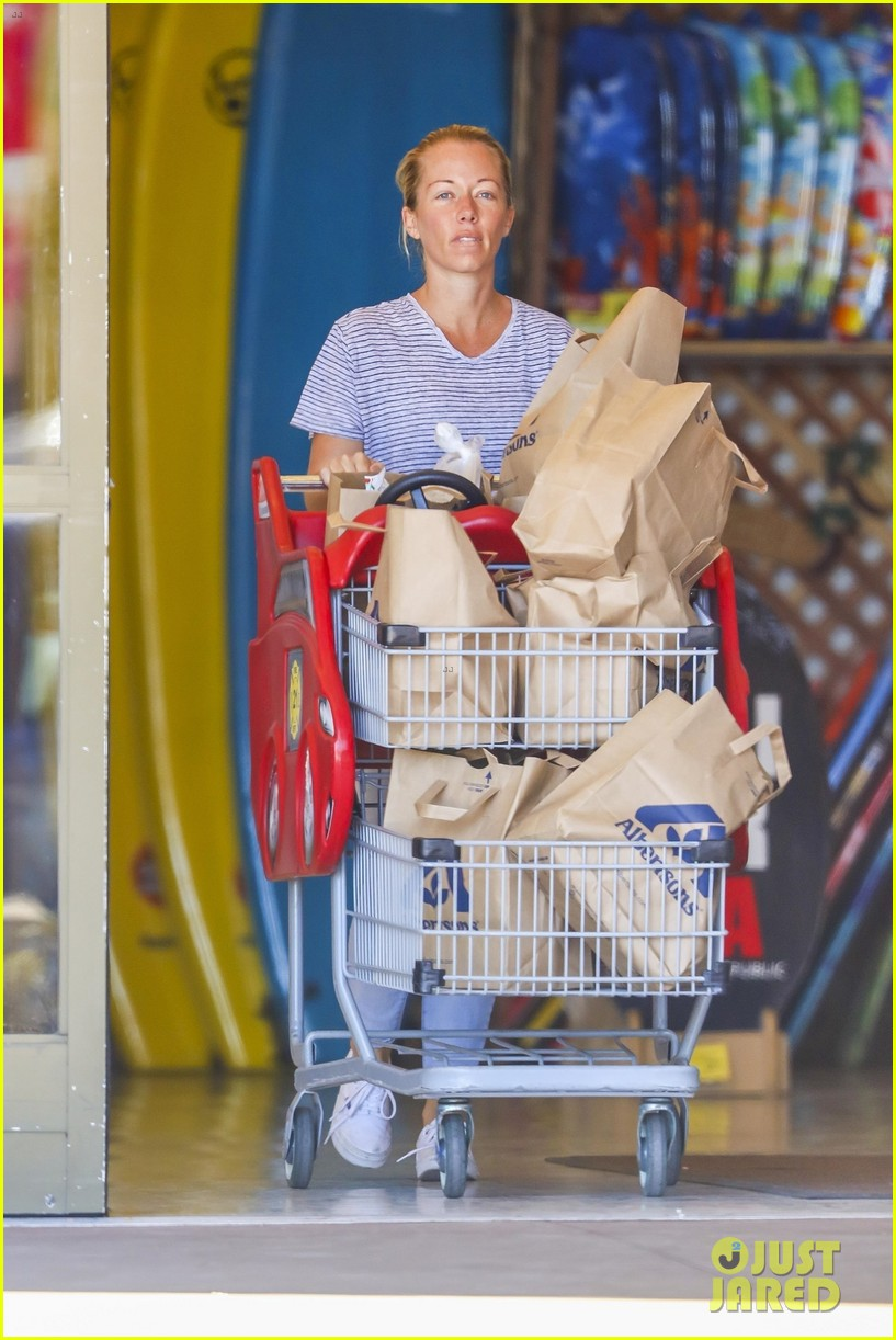 kendra wilkinson hank baskettstep out together amid reported marital issues 014057446