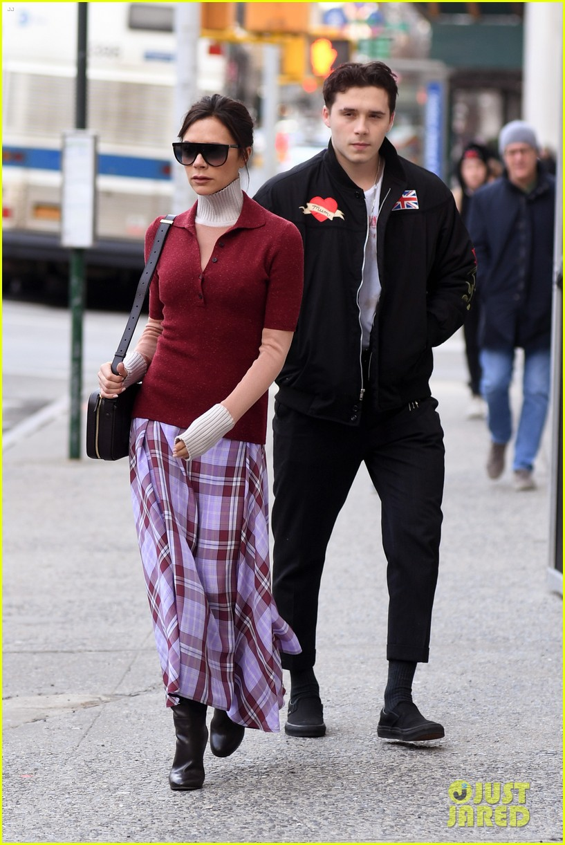 brooklyn beckham flashes a grin at breakfast with mom victoria 064043202