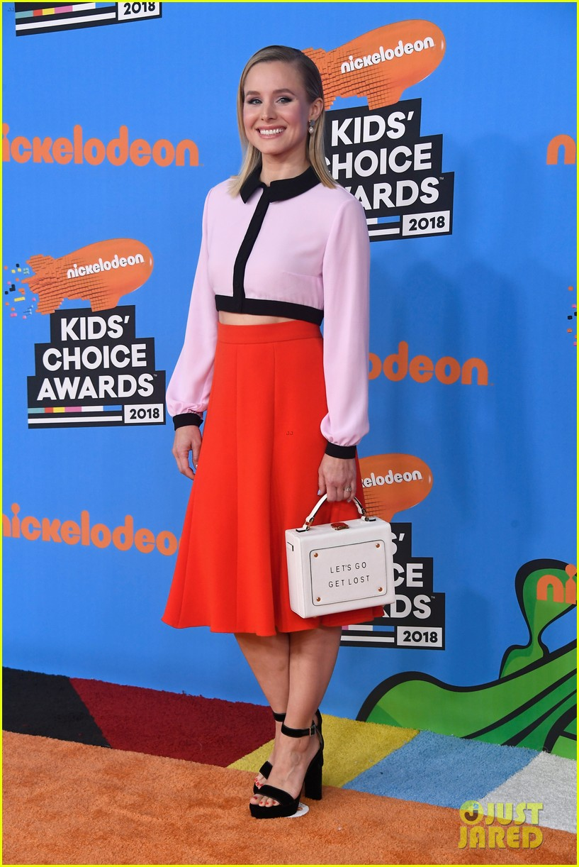 kristen bell looks so chic on kcas 2018 orange couple 014055430