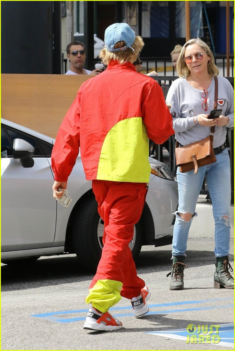 Watch - Bieber justin red pants video
