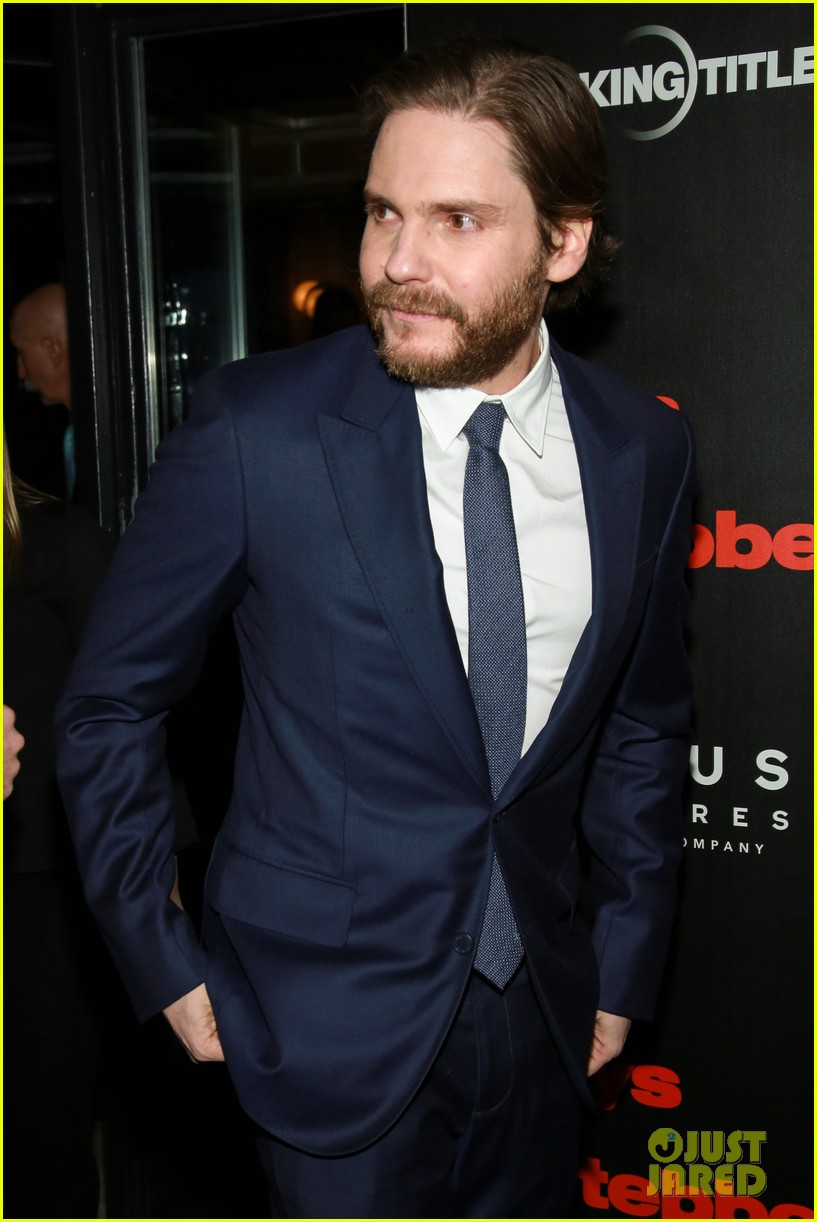 daniel bruhl suits up to bring 7 days in entebbe to nyc 044050098