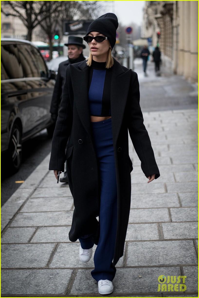 hailey baldwin paris fashion week 2018 014041408