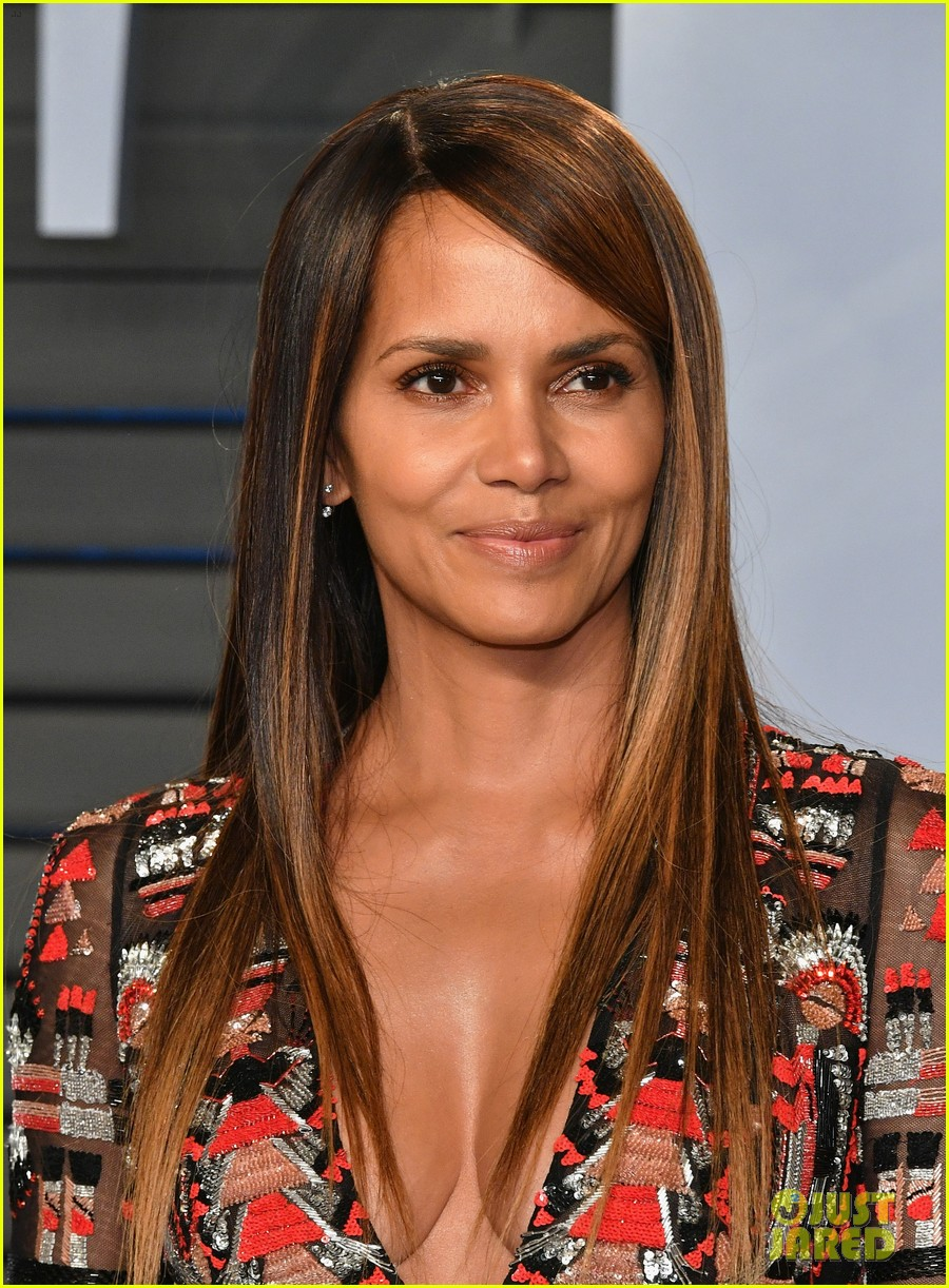 Halle Berry Looks Hot At Vanity Fair S Oscars Party Photo