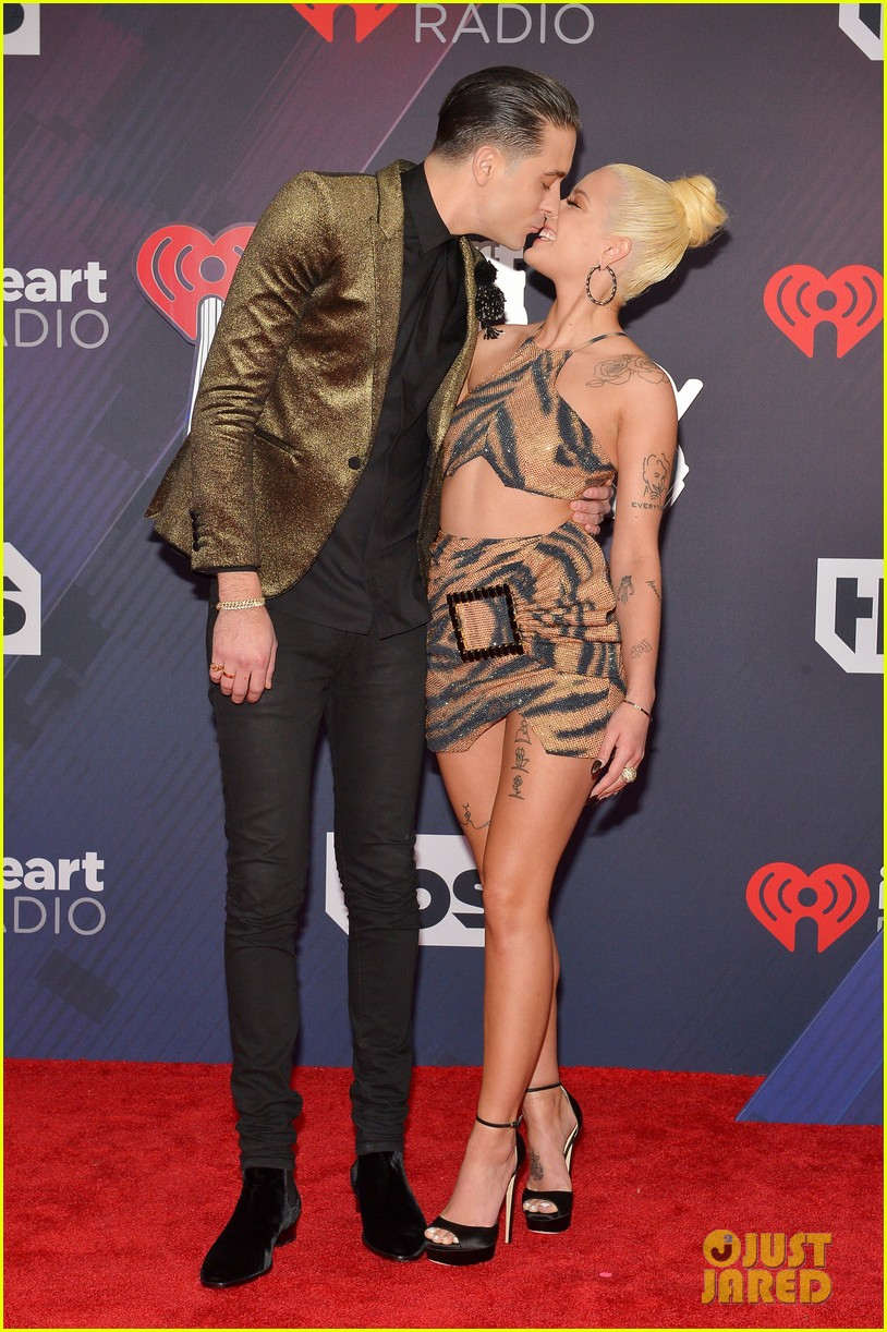 G-Eazy Kisses Girlfriend Halsey on iHeartRadio Music Awards