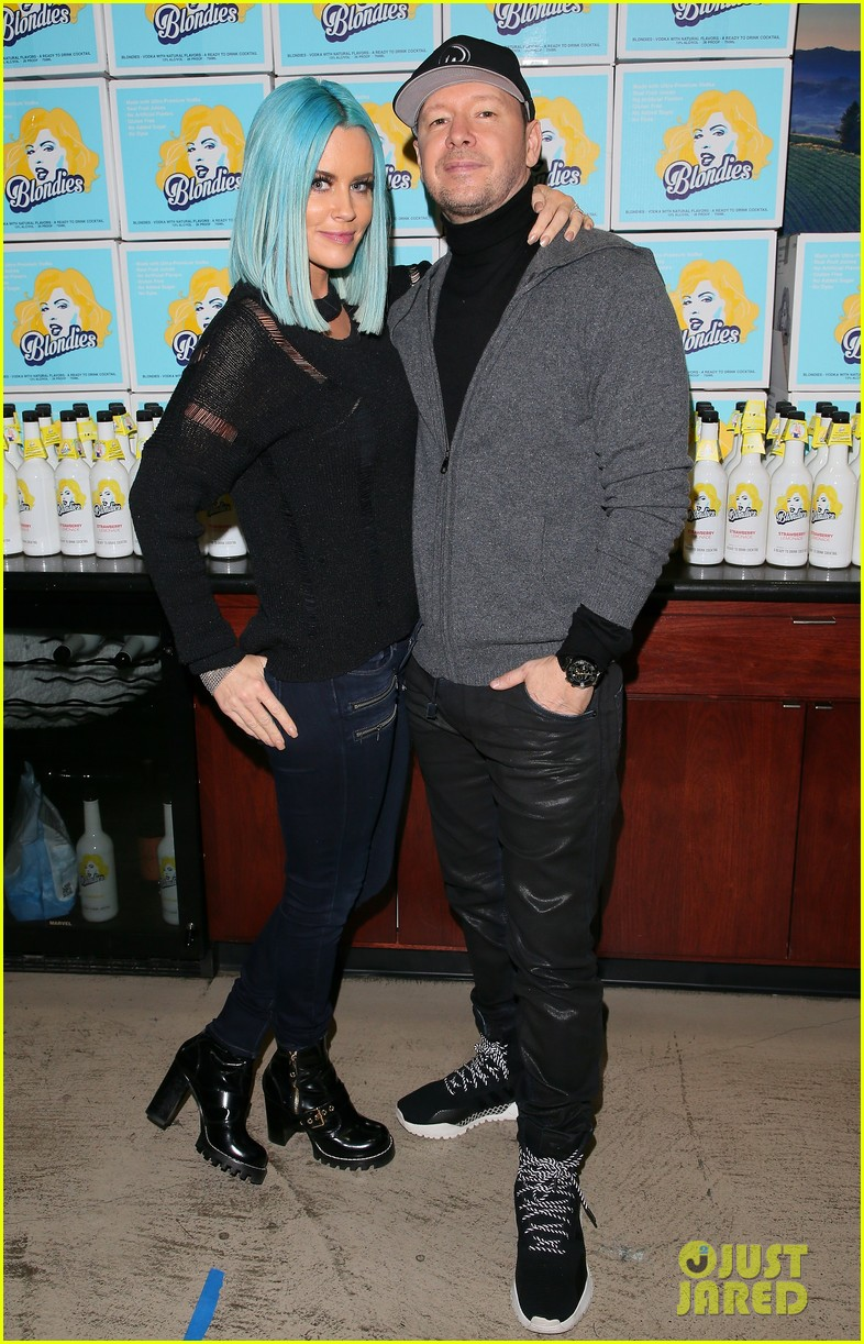 jenny mccarthy donnie wahlberg launch vodka line 034042604