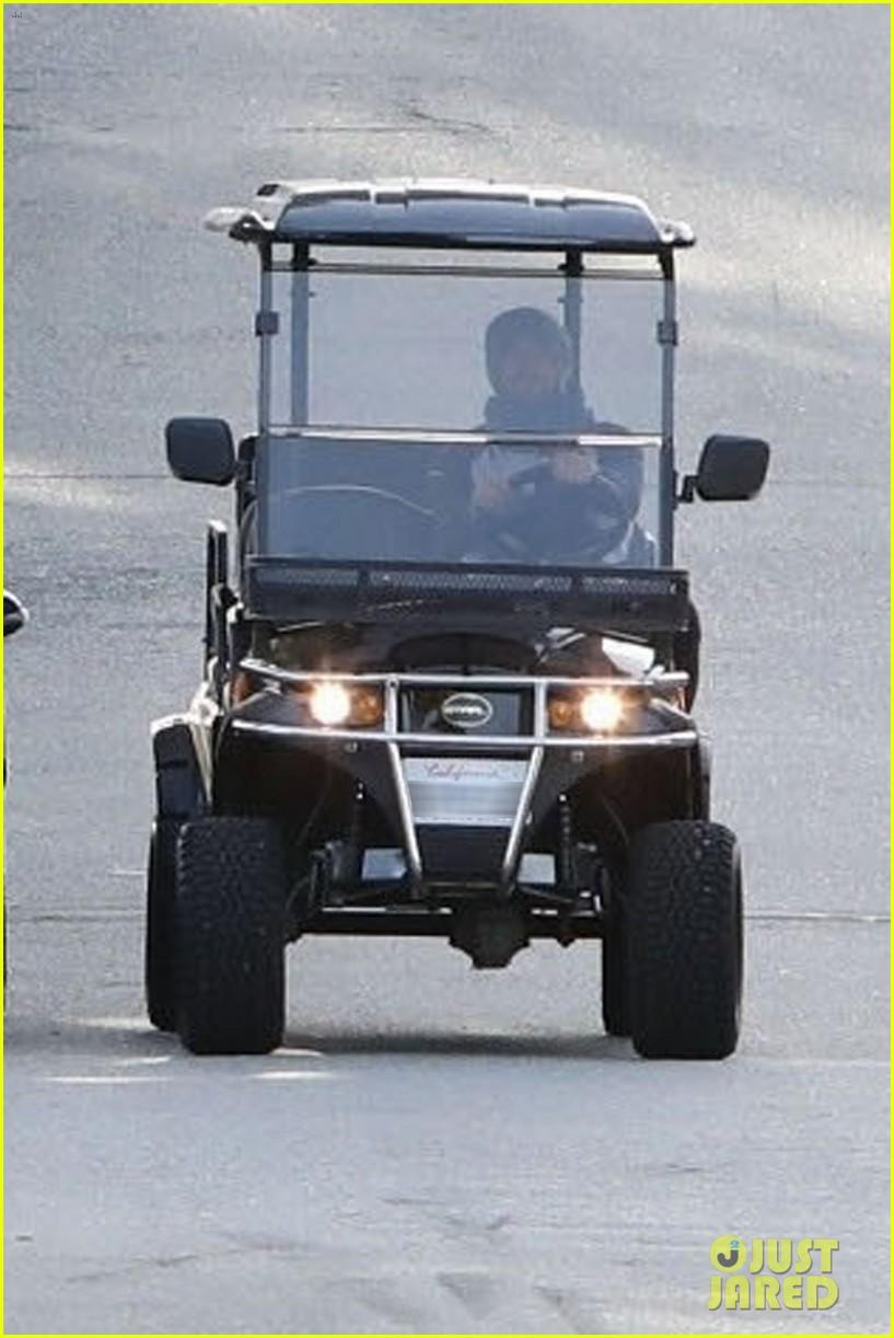 dakota johnson chris martin golf cart 044046785
