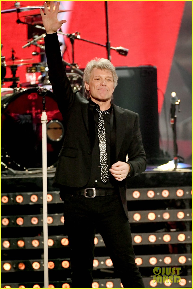 bon jovi is honored with icon award at iheart radio music awards 034049423