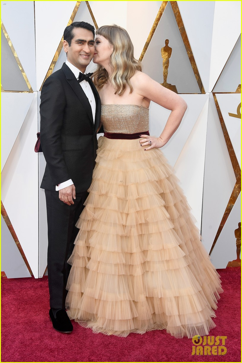kumail nanjiani emily v gordon share a kiss at oscars 2018 064044068