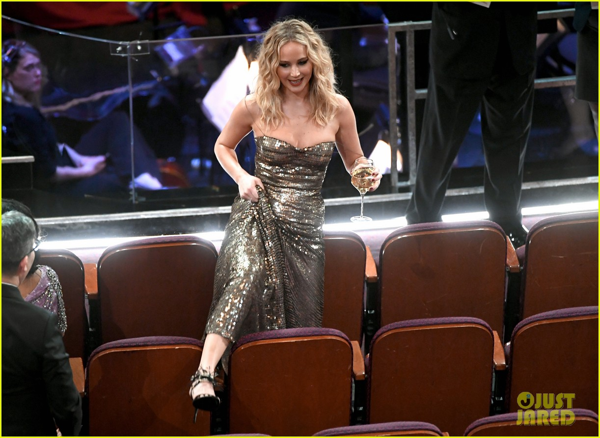 jennifer lawrence climbs over chairs oscars 2018 014044274