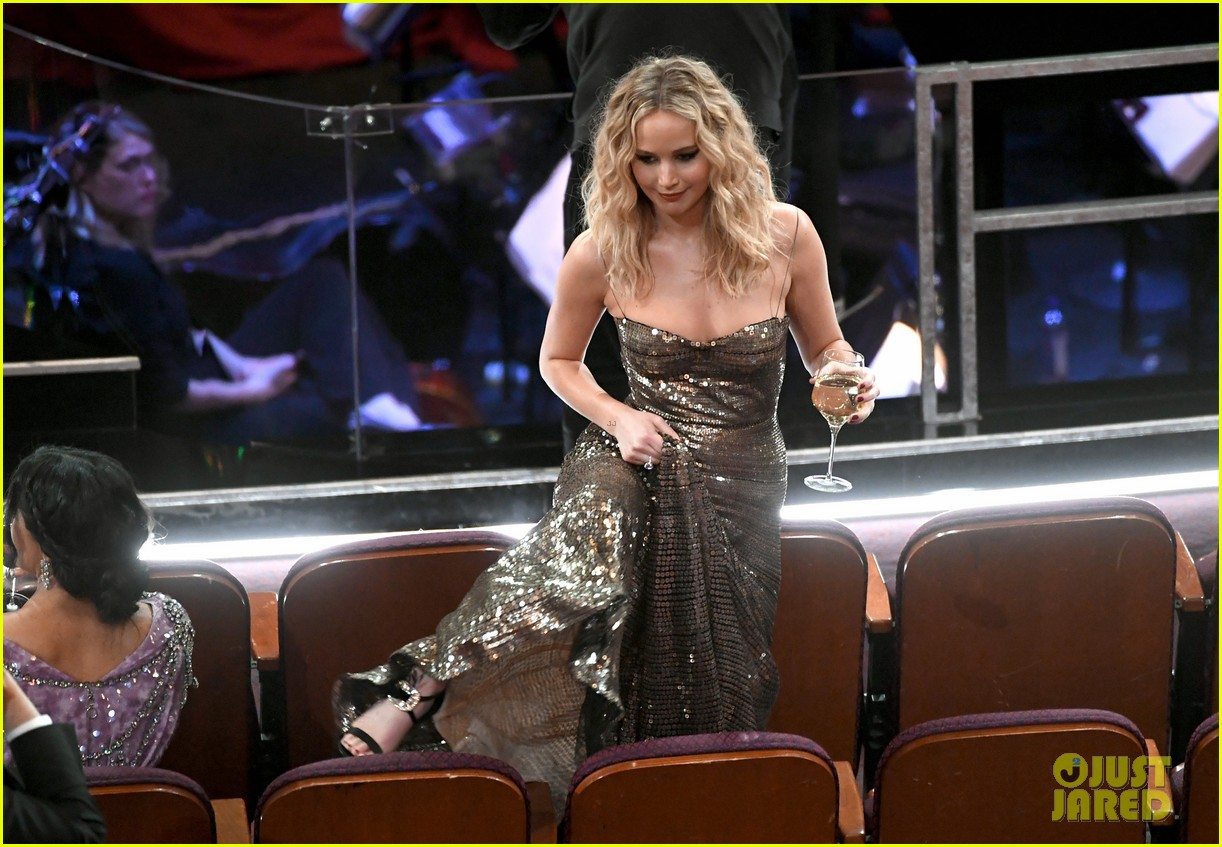 jennifer lawrence climbs over chairs oscars 2018 054044278