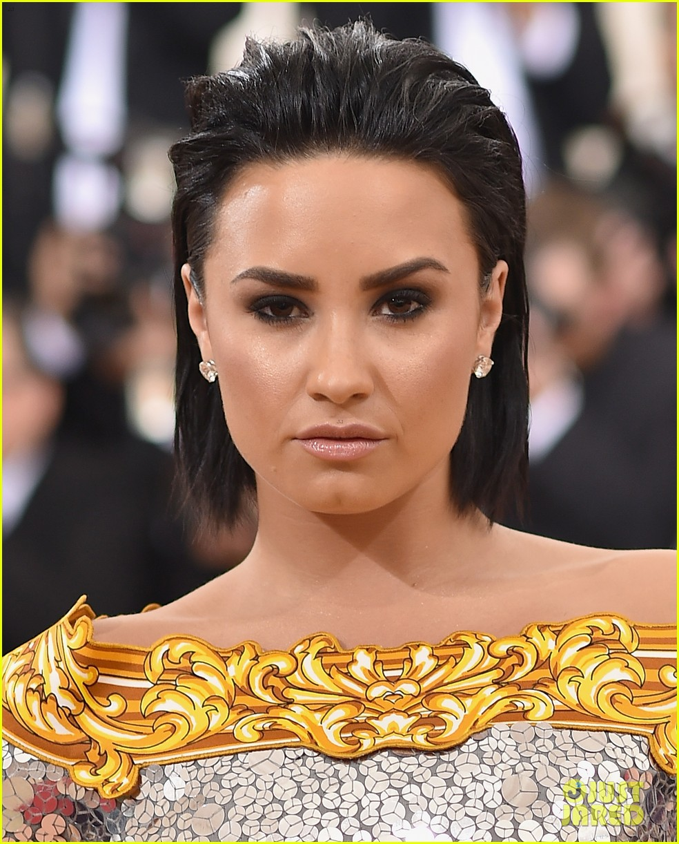 demi lovato almost broke sobriety at met gala 2016 034048173