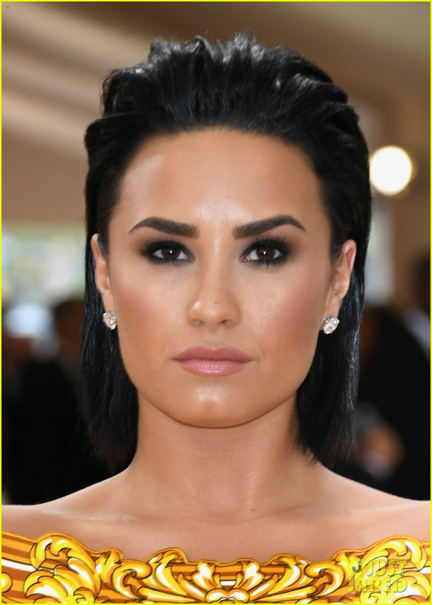demi lovato almost broke sobriety at met gala 2016 084048178