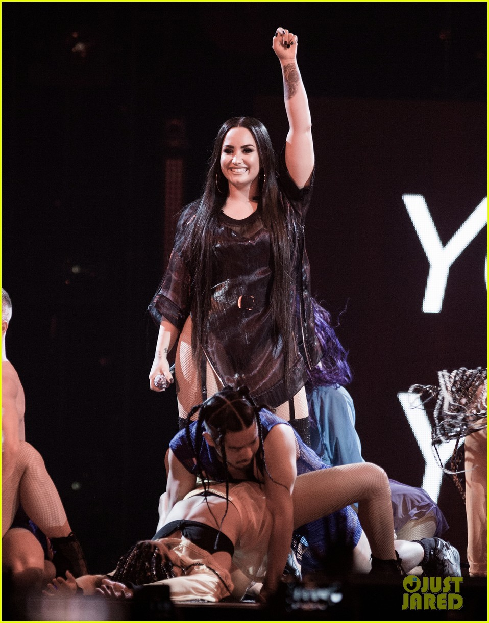 demi lovato thanks fans for saving her life in tearful speech 054052006