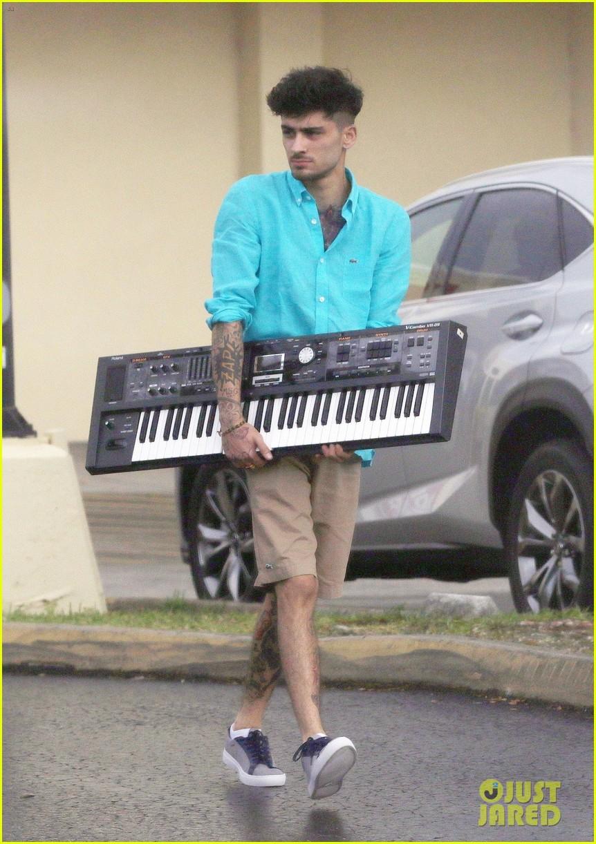 [Image: zayn-malik-picks-up-a-new-keyboard-at-st...ami-05.jpg]