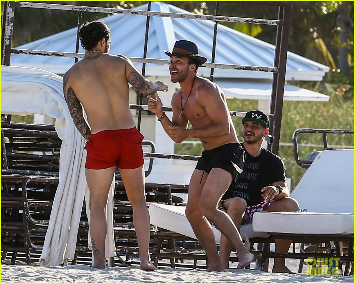 maluma flaunts shirtless body on vacation with prince royce 284052231
