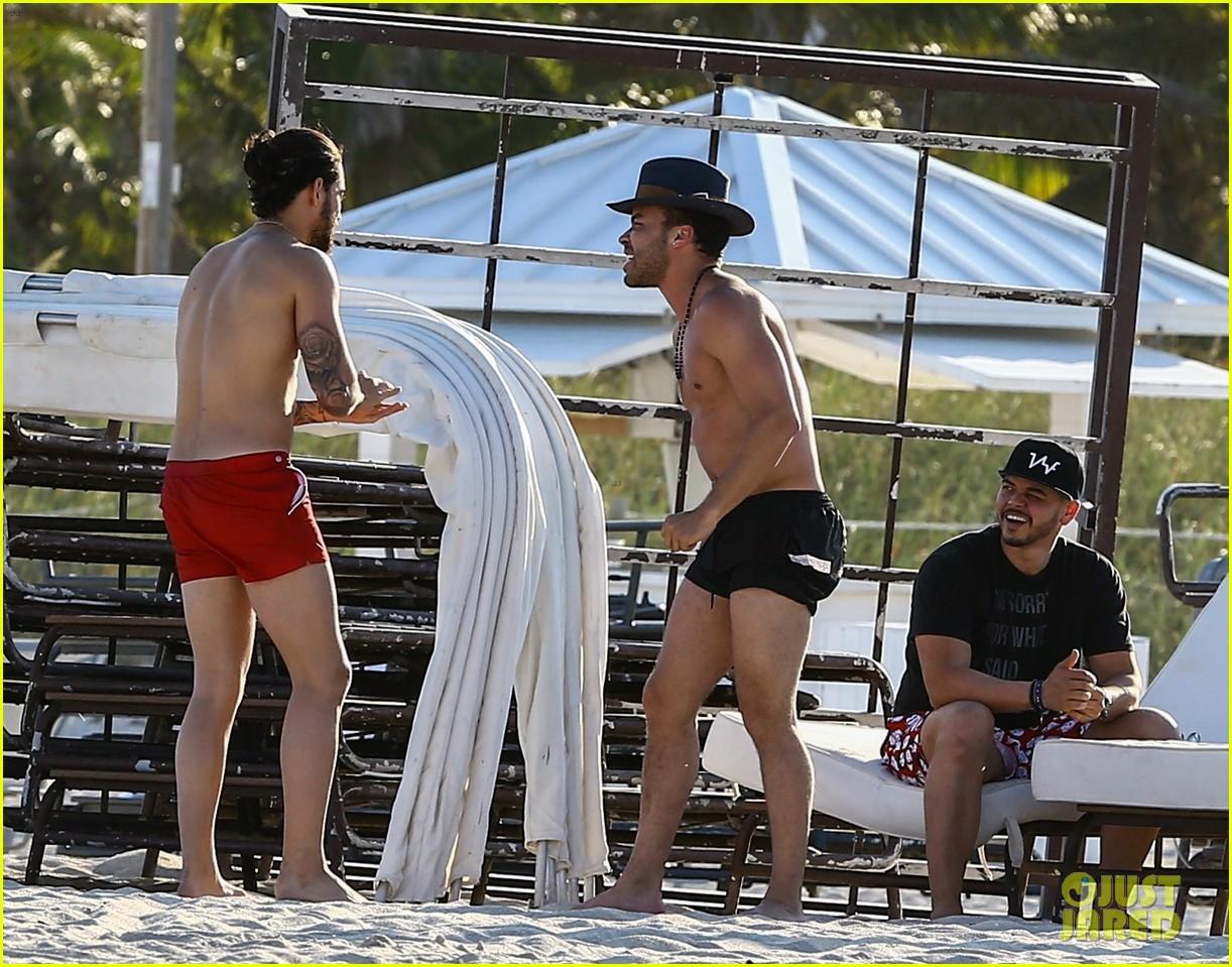 maluma flaunts shirtless body on vacation with prince royce 304052233