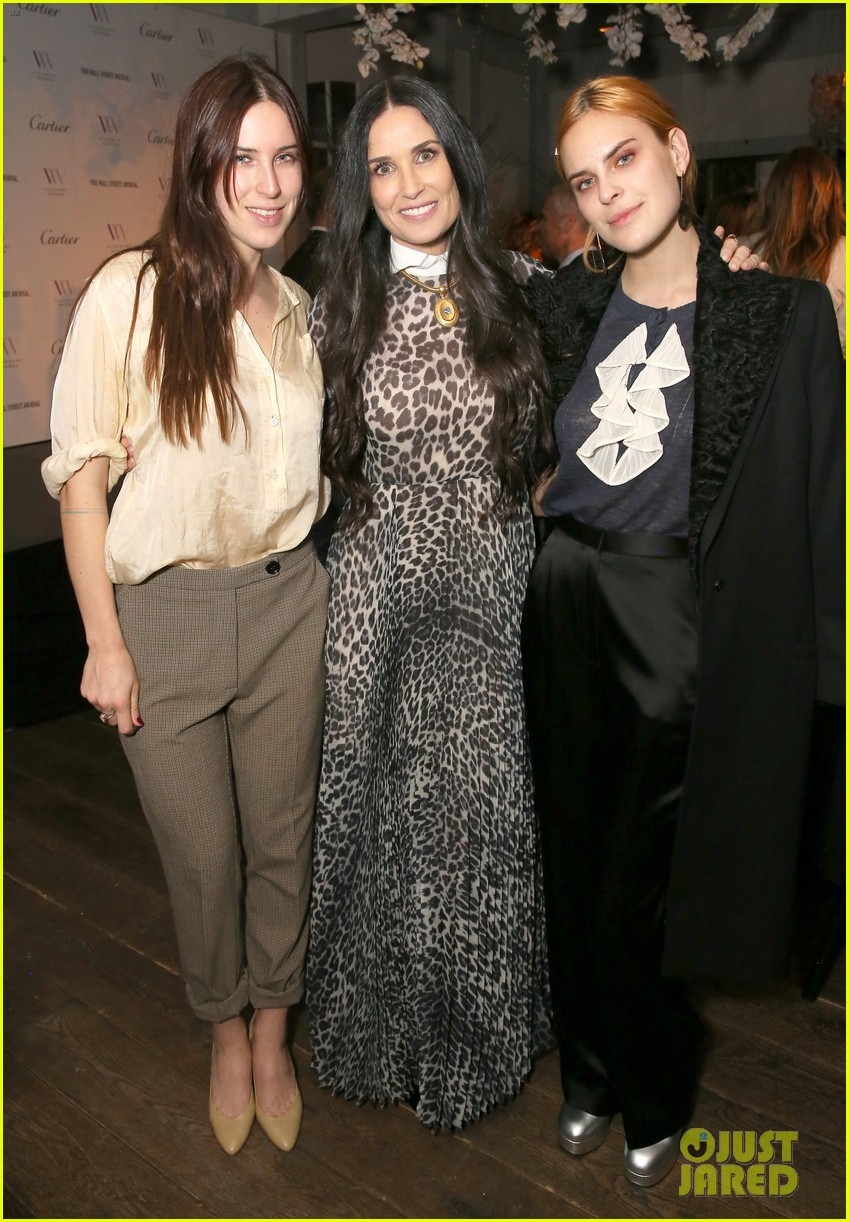 demi moore gets support from daughters scout tallulah at visionary womens honor 044048394