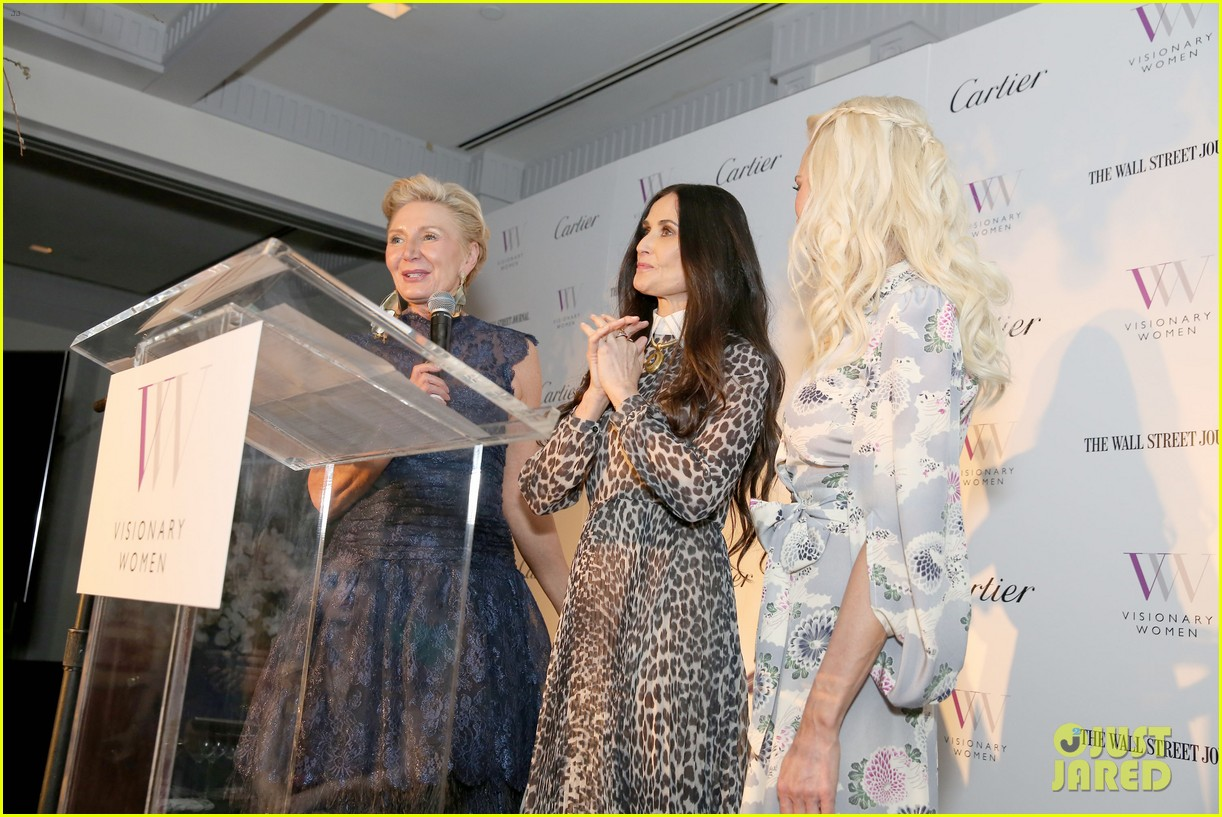 demi moore gets support from daughters scout tallulah at visionary womens honor 054048395