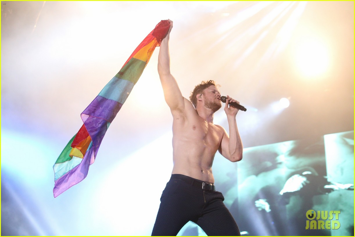 imagine dragons dan reynolds bares buff body shirtless 034056313