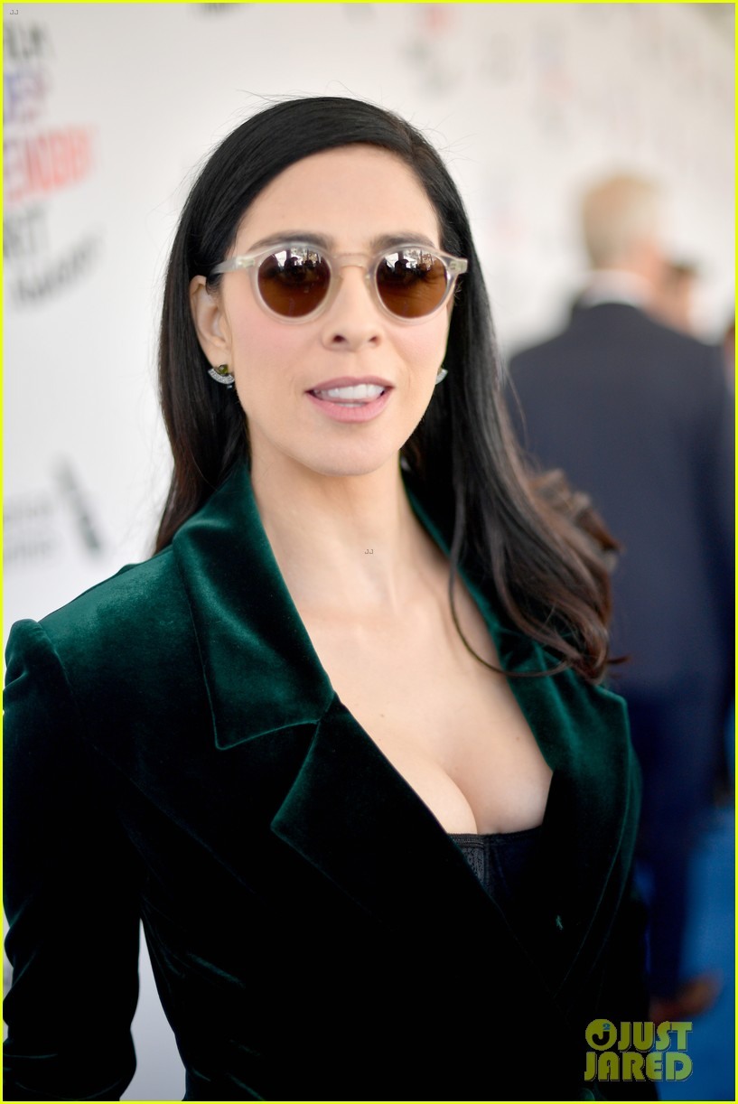 Sarah Silverman Rocks Sunglasses & Velvet Suit for Spirit ...