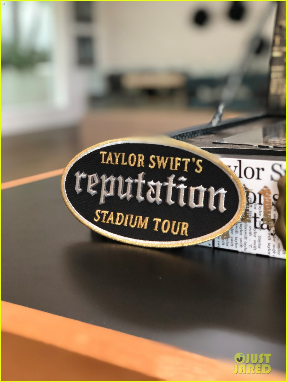 Look inside taylor swifts vip invite boxes for reputation look inside taylor swifts vip invite boxes for reputation stadium tour m4hsunfo