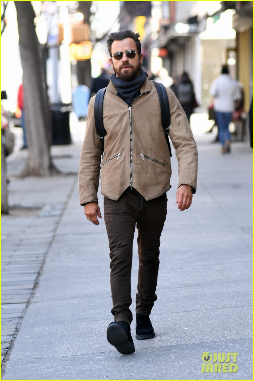 justin theroux bundles up while out in nyc 014050851