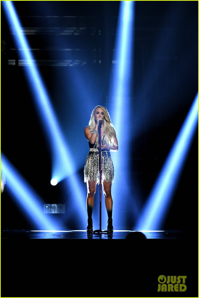 carrie underwood face acm awards 2018 064065483