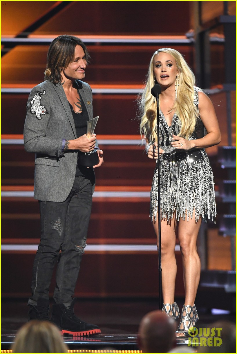 carrie underwood face acm awards 2018 174065494
