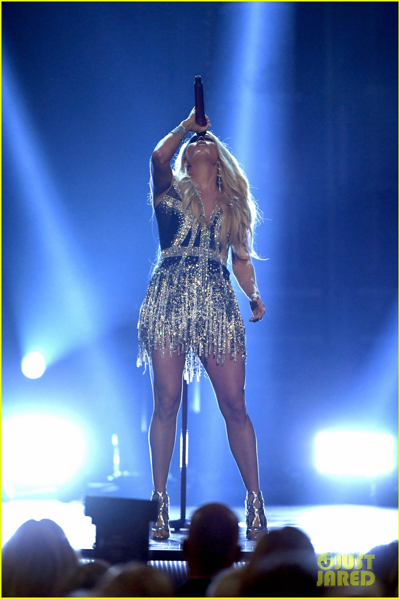 carrie underwood face acm awards 2018 194065496