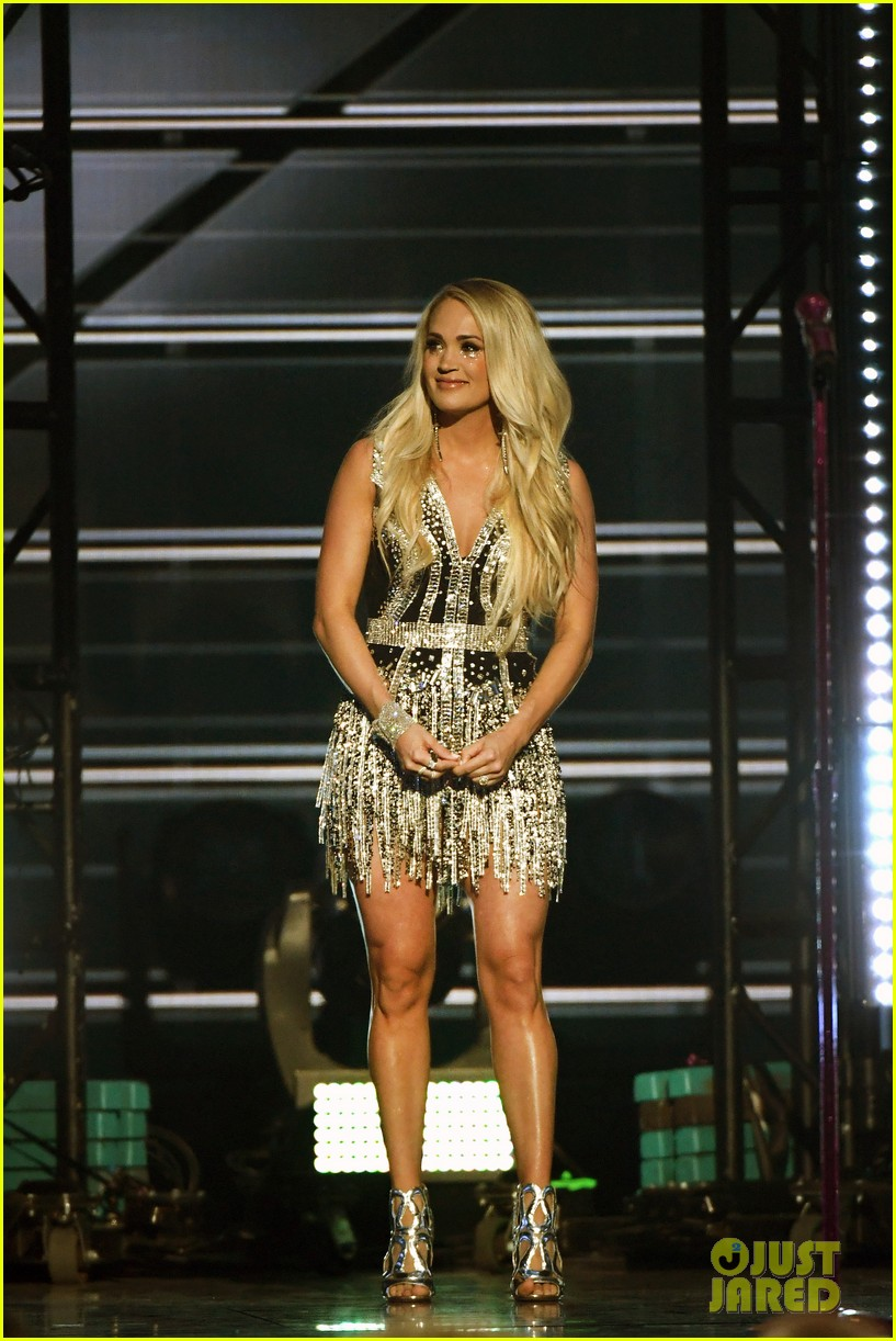 carrie underwood face acm awards 2018 234065500