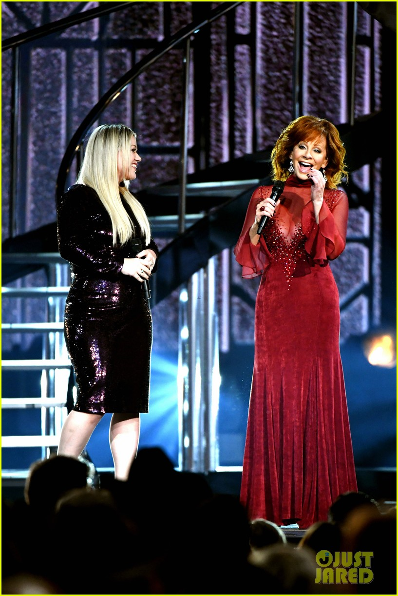 kelly clarkson reba mcentire acm awards 2018 104065608