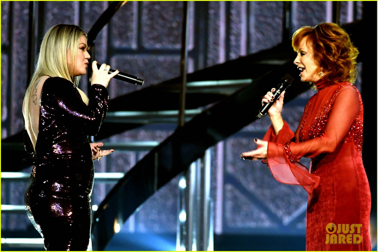 kelly clarkson reba mcentire acm awards 2018 144065612