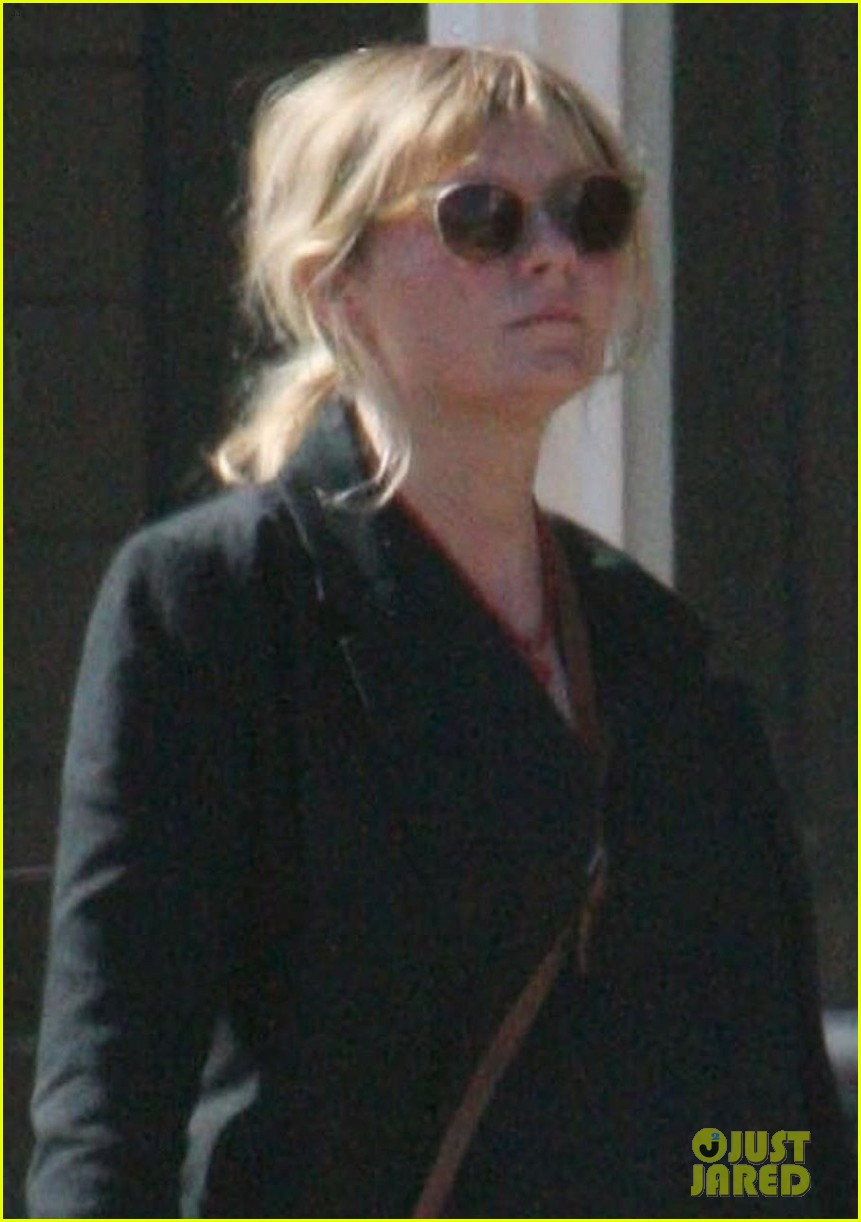 kirsten dunst cradles baby bump while shopping 054066573