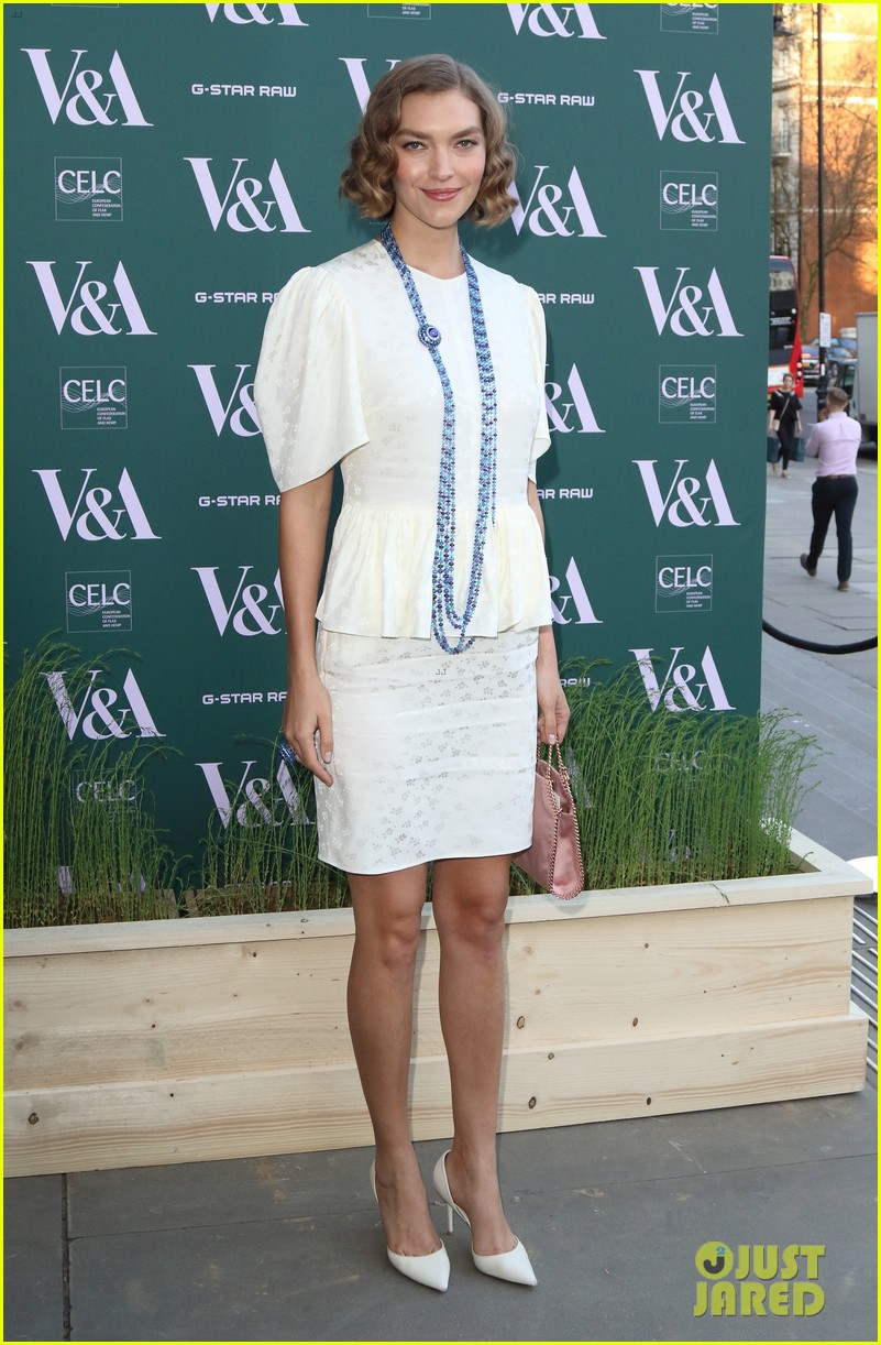 ellie goulding natalie imbruglia step out in style for va fashioned from nature vip preview 02