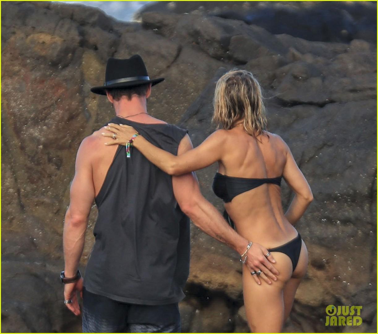 chris hemsworth grabs wife elsa pataky's butt at the beach: photo