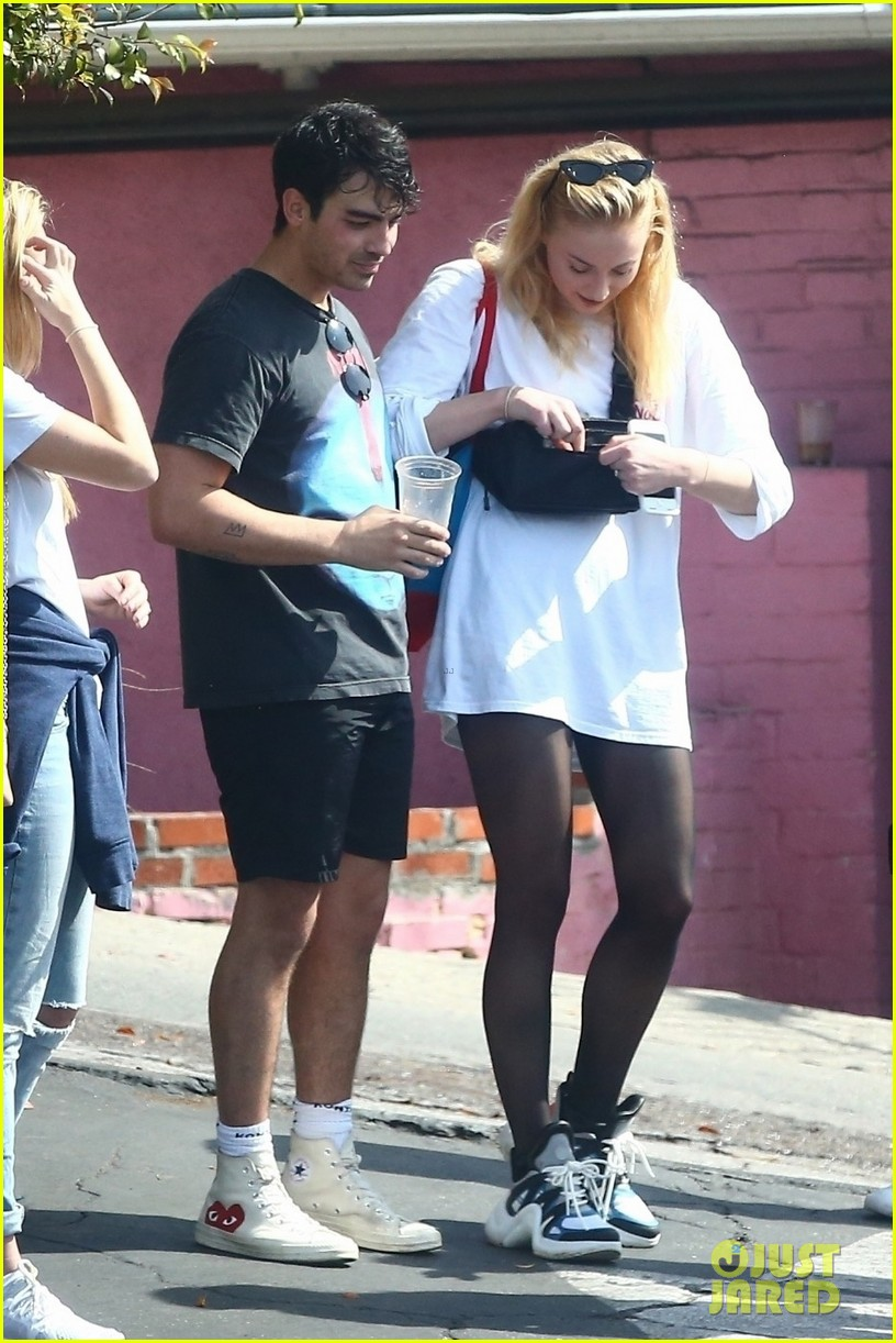 joe jonas and fiancee sophie turner chat with friends after their workout 014061019
