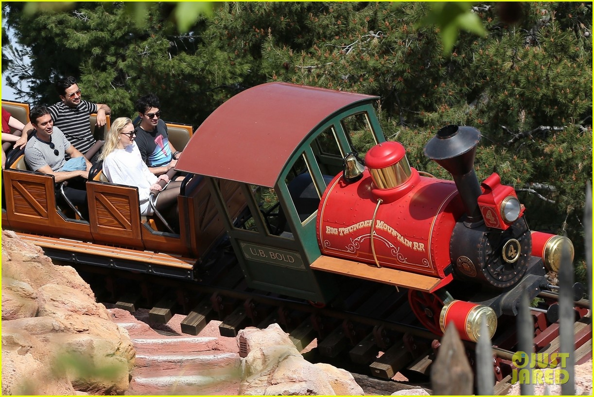 joe jonas and sophie turner get soaked at disneyland 104061146