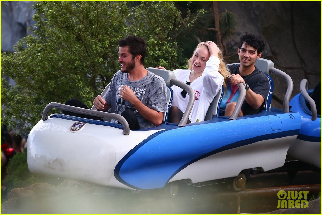 joe jonas and sophie turner get soaked at disneyland 174061153