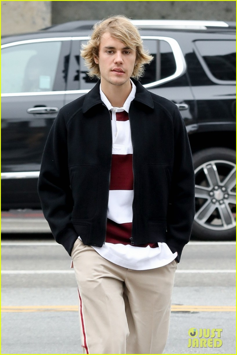 Justin Bieber Steps Out For Breakfast With Cash Only