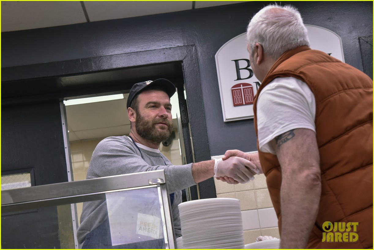 liev schreiber sons volunteer at bowery mission in nyc 044068654