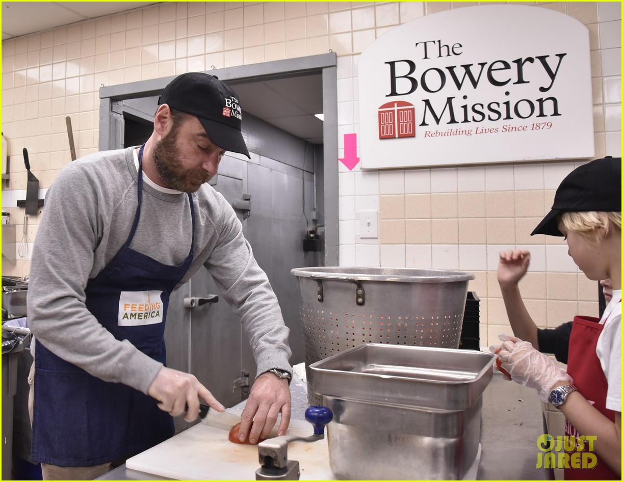 liev schreiber sons volunteer at bowery mission in nyc 094068659