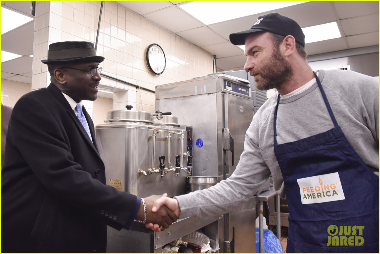 liev schreiber sons volunteer at bowery mission in nyc 114068661